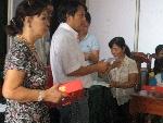 Tạp chí Sông Hương trao quà Trung thu cho các cháu dị tật thiệt thòi