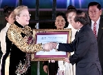 Đón bằng của UNESCO vinh danh nghệ thuật đờn ca tài tử Nam Bộ là Di sản văn hóa phi vật thể đại diện của nhân loại