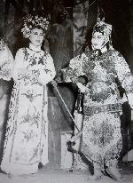 """Gia đình nghệ thuật kỳ nữ Kim Cương - Kỳ 6: Kim Cương - đã """"cái nư"""" cùng sân khấu"""