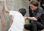 """Nghệ sĩ Đan Mạch Michael Geertsen: """"Sáng tác"""" gốm trên 50m đê sông Hồng"""