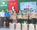 Liên đoàn Lao động tỉnh trao tặng máy vi tính cho các trường học vùng trũng trên địa bàn tỉnh