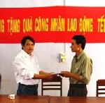 Tạp chí Sông Hương tặng quà cho CNVC- LĐ nhân dịp xuân về