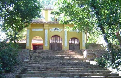 Ngọn duyên hải đăng trên núi Tuý Vân