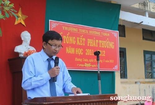 Tạp chí Sông Hương trao học bổng cho các em học sinh học giỏi có hoàn cảnh khó khăn