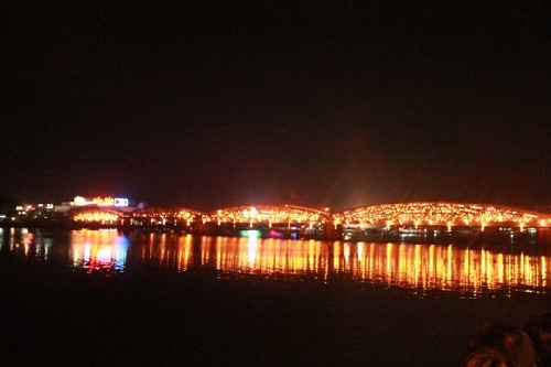 Cầu Tràng Tiền rực sáng trên dòng Hương