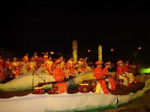 Diễn tấu đàn bầu trong dàn nhạc múa và tuồng cung đình Huế