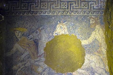 Tìm thấy tranh khổng lồ trong ngôi mộ bí ẩn ở Amphipolis