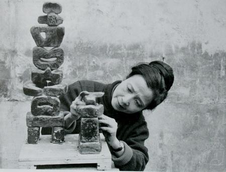 Nhà điêu khắc Điềm Phùng Thị - CUỘC HÓA THÂN CỦA ĐẤT ĐÁ