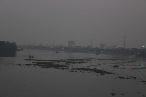 """Lục bình """"tấn công"""" tàu thuyền trên sông Hương"""