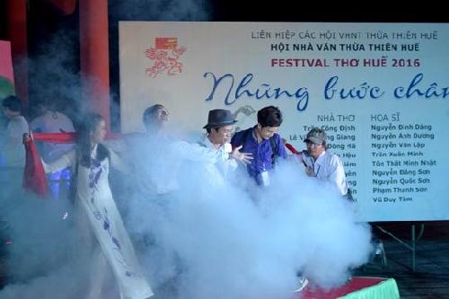 Sự tươi mới trong đêm Festival Thơ Huế 2016