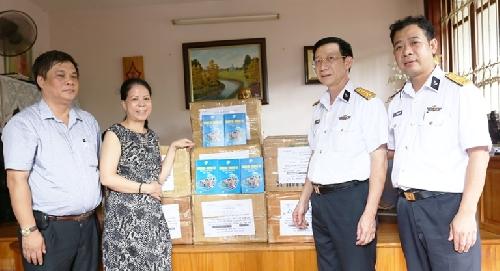 """Tặng sách """"Hoàng Sa-Trường Sa trong tâm thức Việt Nam"""" cho bộ đội Hải quân"""