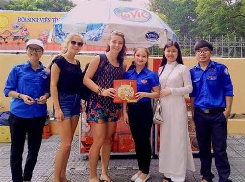 Sinh viên bán bánh Trung thu gây quỹ giúp đỡ trẻ em có hoàn cảnh khó khăn