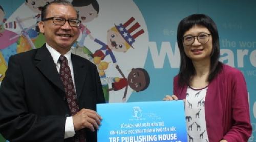 Tặng sách cho học sinh gốc Việt ở Đài Loan