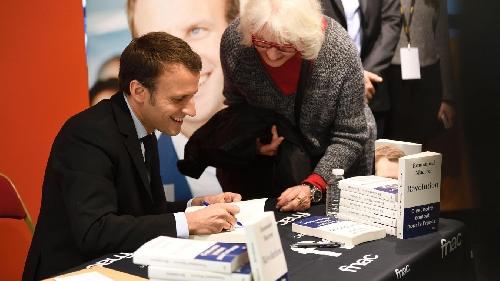 Sách về tân Thủ tướng Emmanuel Macron bán chạy tại Pháp