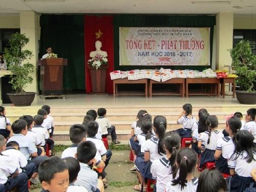 Ấm áp trao quà cho học sinh có hoàn cảnh khó khăn tại trường tiểu học Huyền Trân