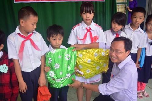 15 suất quà đến với các em học sinh có hoàn cảnh khó khăn tại trường Tiểu học số 2 Hương Chữ
