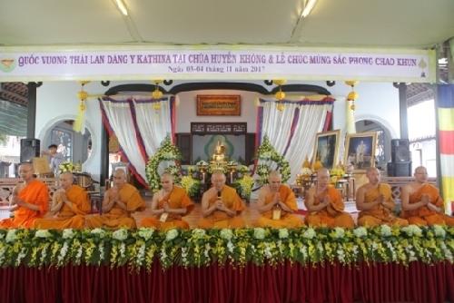 Quốc vương Thái Lan dâng y Kathina tại chùa Huyền Không