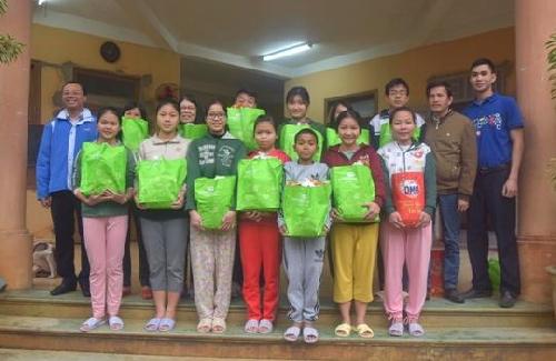 Siêu thị Co.op mart Huế trao 55 suất quà tết cho các trẻ mồ côi