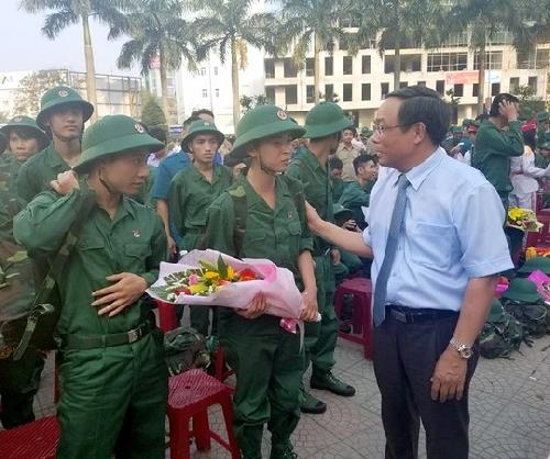 Thanh niên thành phố Huế lên đường nhập ngũ