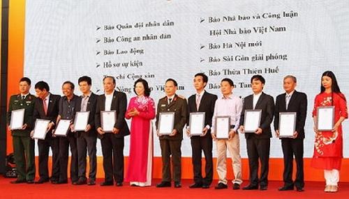 Tạp chí Sông Hương đạt giải C Bìa báo Tết đẹp tại Hội báo toàn quốc 2018.