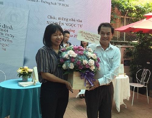 Bạn đọc xếp hàng dài chờ xin chữ ký của nhà văn Nguyễn Ngọc Tư