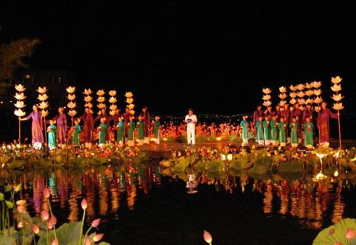 Lung linh tà áo dài trên sông Hương