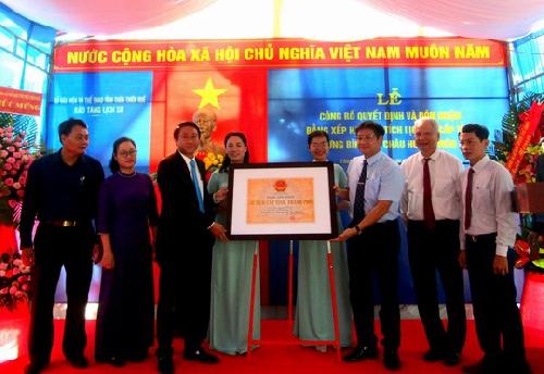 Lễ công bố Quyết định và đón bằng xếp hạng di tích lịch sử Lưu niệm danh nhân cấp tỉnh Ưng Bình tại Châu Hương Viên.