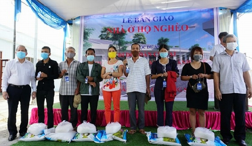 Bàn giao nhà mới cho 25 hộ nghèo di dời giải tỏa khu vực 1 di tích Kinh thành Huế.