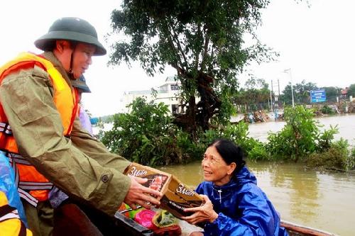 Bí thư Tỉnh ủy Lê Trường Lưu chia sẻ khó khăn với người dân vùng trũng Phong Điền
