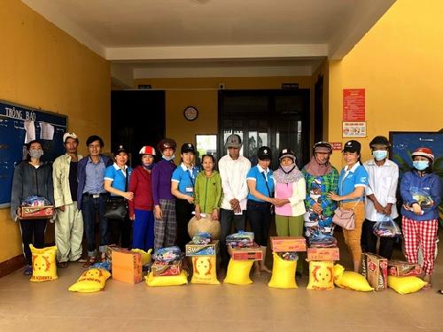 Hơn 200 suất quà hỗ trợ bà con vùng lũ Huyện Quảng Điền