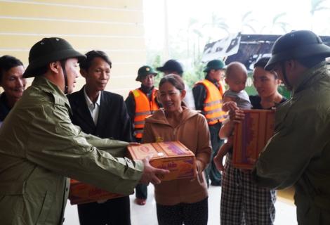Lãnh đạo tỉnh thăm và trao lương thực cứu trợ cho người dân vùng lũ