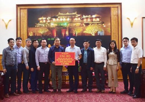 Đoàn công tác Bộ Xây dựng trao 1 tỷ đồng cho tỉnh Thừa Thiên Huế để khắc phục hậu quả bão lụt.