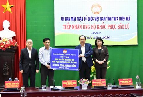 Chủ tịch Ủy ban Trung ương MTTQ Việt Nam và Phó Chủ tịch nước thăm và trao quà hỗ trợ cho Thừa Thiên Huế  khắc phục hậu quả bão, lũ