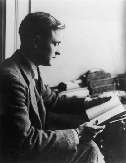 Cả thế kỉ trôi qua, chúng ta vẫn đang ngồi đọc và ngẫm lại về Gatsby