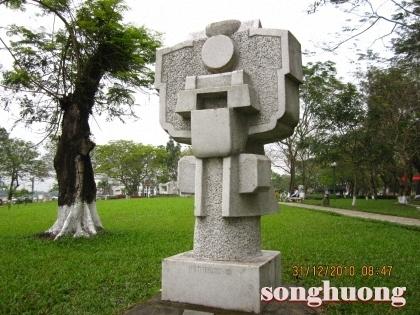 Một vài suy ngẫm về các công trình nghệ thuật đương đại bên bờ sông Hương